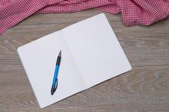 Folleto en la tabla Imágenes de archivo libres de regalías