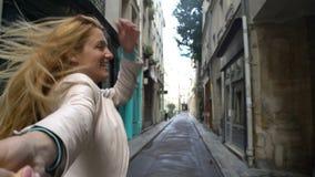 Follow-mejunge Frau, die einen Mann zum Abenteuer führt stock video