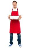 Folował długości portret męski szef kuchni mienia kulebiaka pudełko Obrazy Royalty Free