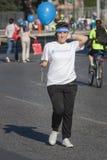 A fome corre (Roma) - PMA - menina com bandana & balão do evento imagens de stock