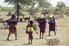A fome iminente e a água escassa provision, Etiópia foto de stock