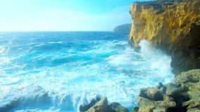 Fomingsgolven bij de kust van Gozo-Eiland, Malta stock footage