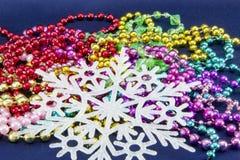 Fon de Noël Carte postale pour Noël avec les arcs, les arbres de Noël, les perles et les flocons de neige rouges dans un cadre de Photographie stock libre de droits