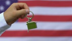 Fonctionnaire donnant la clé de maison au combattant, programme de soutien de gouvernement banque de vidéos
