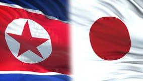 Fonctionnaires de la Corée du Nord et du Japon échangeant l'enveloppe confidentielle, contre des drapeaux banque de vidéos