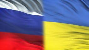 Fonctionnaires de la Russie et de l'Ukraine échangeant l'enveloppe confidentielle, fond de drapeaux clips vidéos