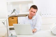 fonctionnement à la maison d'homme d'affaires Image stock