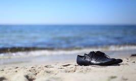 Fonctionnement à partir du travail à la plage Images stock