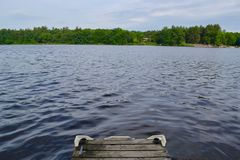 Fonctionnement à sauter outre de l'extrémité d'un dock Image stock