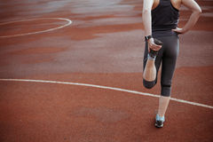 Fonctionnement étirant le coureur faisant l'échauffement avant le marathon Photographie stock libre de droits