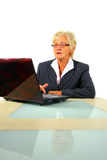fonctionnement aîné d'ordinateur portatif de femme d'affaires Image stock
