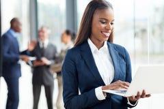 Fonctionnement africain de femme d'affaires Image libre de droits