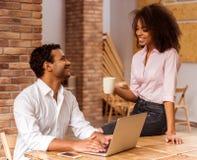 Fonctionnement afro-américain attrayant de couples Photo stock