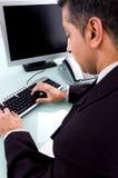 fonctionnement arrière de pose d'ordinateur d'homme d'affaires photos libres de droits