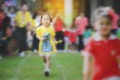 Fonctionnement asiatique mignon de fille de fond trouble photo stock