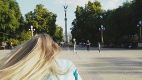 Fonctionnement assez peu blond sur le secteur de ville Regard arrière 4K banque de vidéos