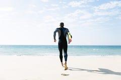 Fonctionnement beau de kitesurfer d'homme Image libre de droits