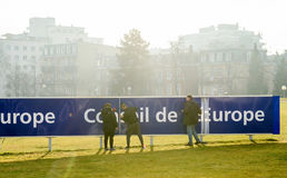 Fonctionnement d'équipe de nettoyage pour maintenir le signage du Conseil de l'Europe Photographie stock libre de droits