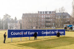 Fonctionnement d'équipe de nettoyage pour maintenir le signage du Conseil de l'Europe Image libre de droits