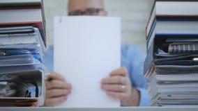 Fonctionnement d'In Accounting Archive d'homme d'affaires avec les documents financiers photo libre de droits