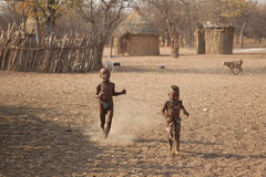 Fonctionnement d'enfants de Himba Photos stock