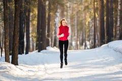 Fonctionnement d'hiver, femme d'exercice Image stock