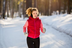 Fonctionnement d'hiver, femme d'exercice Photographie stock