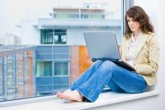 fonctionnement d'ordinateur de femme d'affaires images stock