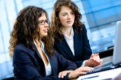 fonctionnement d'ordinateur de femmes d'affaires Photo stock