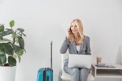 fonctionnement d'ordinateur portatif de femme d'affaires Photographie stock libre de droits