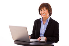 fonctionnement d'ordinateur portatif de femme d'affaires Images libres de droits