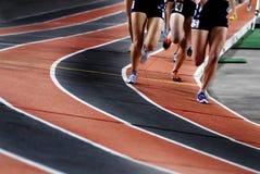 Fonctionnement d'une course sur une compétition sportive de voie photographie stock libre de droits
