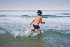 Fonctionnement dans la mer Image stock