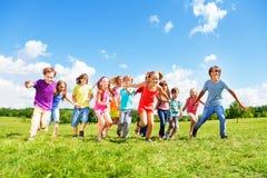 Fonctionnement de beaucoup d'enfants Image stock