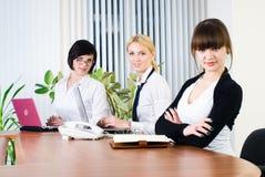 Fonctionnement de bureau de jeunes dames d'affaires Images libres de droits