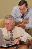 Fonctionnement de deux hommes d'affaires Images stock