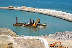 Fonctionnement de dragueur dans la nouvelle marina de Laredo, 2008 photo stock