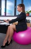 Fonctionnement de femme d'affaires photos libres de droits