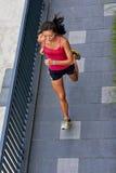 Fonctionnement de femme de forme physique photographie stock libre de droits