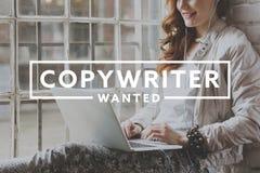 Fonctionnement de femme en tant que redacteur publicitaire indépendant Photo stock