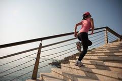 Fonctionnement de femme sur la promenade de bord de la mer photos stock