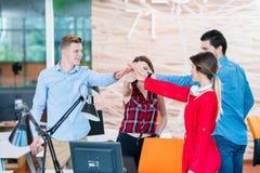 Fonctionnement de groupe de personnes de jeune entreprise photographie stock libre de droits