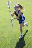 Fonctionnement de joueur de lacrosse de filles photos libres de droits