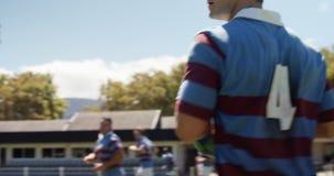 Fonctionnement de joueur de rugby tout en tenant la boule ovale 4k clips vidéos
