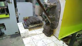 Fonctionnement de l'extrudeuse à une usine de plastiques banque de vidéos