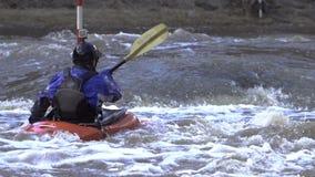 Fonctionnement de la rivière dangereuse de montagne dans un kayak clips vidéos