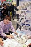 Fonctionnement de mâle en tant que technicien dentaire Photographie stock libre de droits