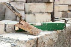 Fonctionnement de maçon, brique photographie stock libre de droits