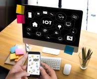 Fonctionnement de main d'homme d'affaires d'IOT et Internet de mot de choses (IoT) photos libres de droits