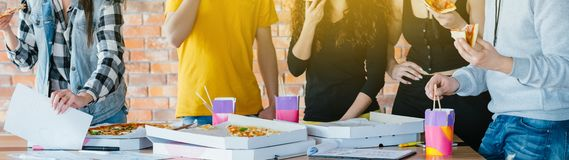 Fonctionnement de mode de vie de la jeunesse parlant mangeant de la pizza savoureuse photo stock